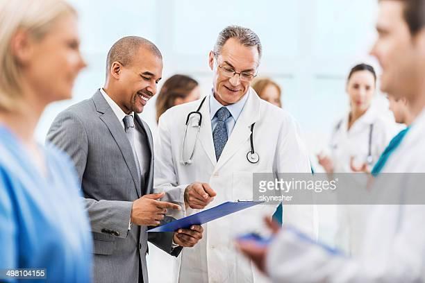 Médecin collaborer avec un homme d'affaires.