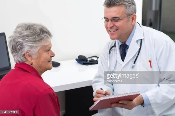 Arzt Beratung weibliche Patienten