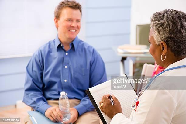 Médecin consultation avec milieu adulte homme patient.  Soin.