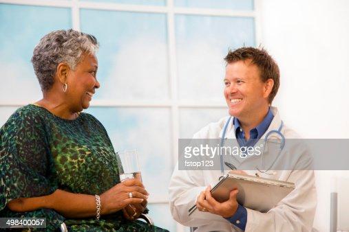 医師確認、ケアトリートメントをくすぐる患者車椅子の老人。