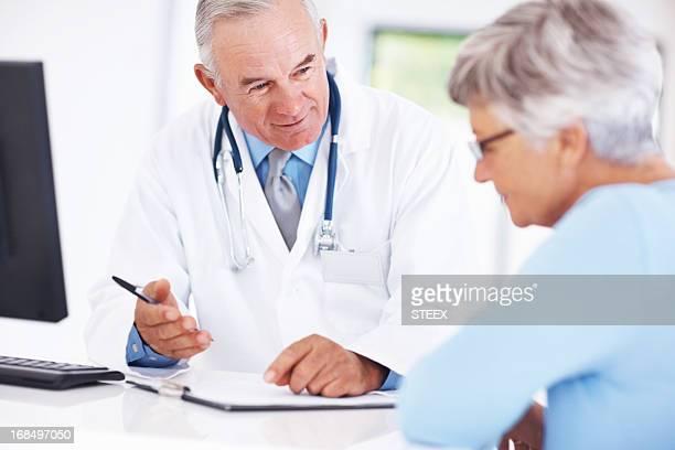 Médecin parler avec le patient senior rapport médical