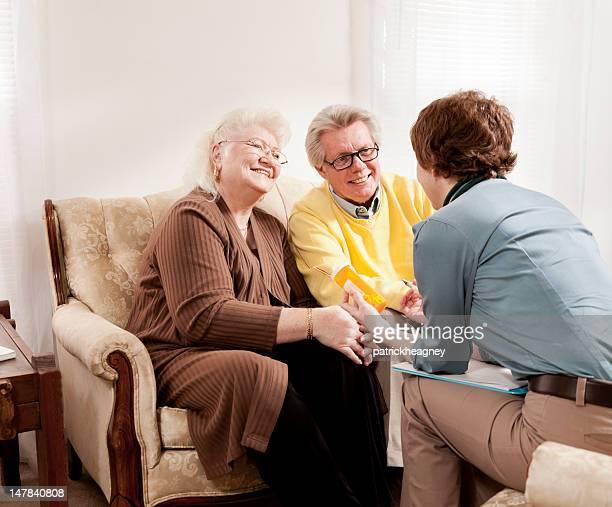 Arzt diskutieren, Medikamente mit Senior Paar