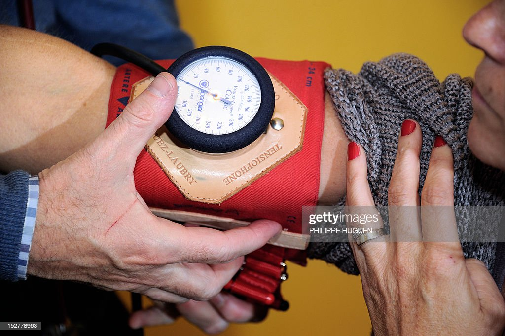 A doctor examines a patient on September 25 2012 in Godewaersvelde northern France during a medical checkup AFP PHOTO PHILIPPE HUGUEN