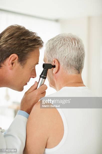 Arzt untersuchen Patienten mit den Ohren im Doctor's office