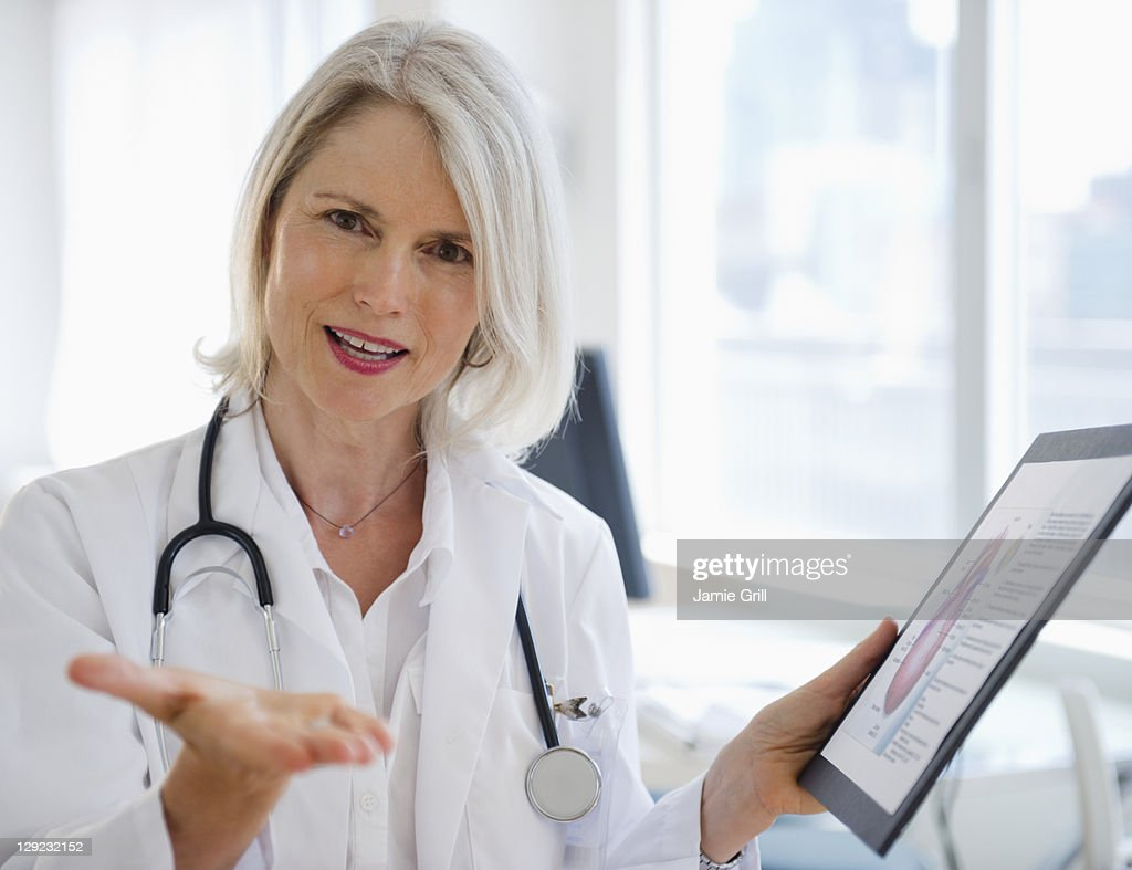 Doctor explaining diagram of heart : Stock Photo