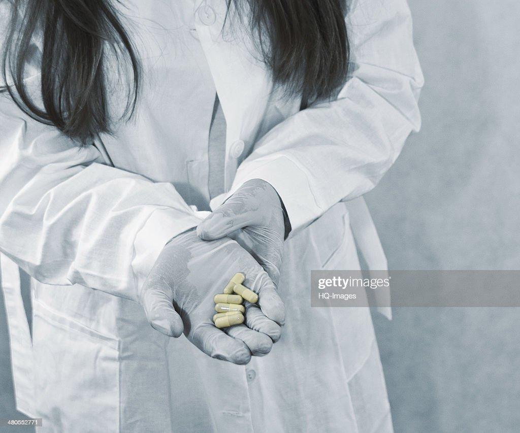 Médico lhe dá Comprimido : Foto de stock