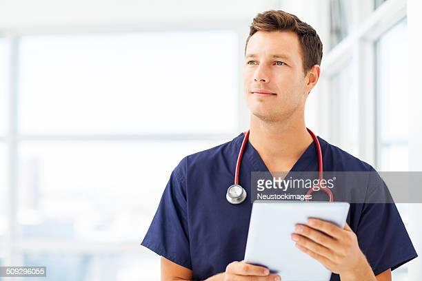 Arzt hält digitale Tablet im Krankenhaus