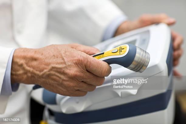 Médecin tenant la thérapie Laser Baguette