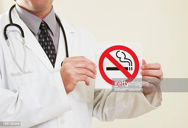 Medico con Cartello di divieto di fumo