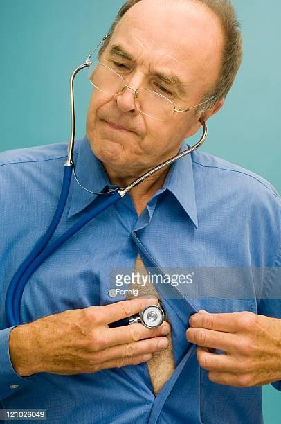 Arzt hören, seine eigenen Brust mit Stethoskop