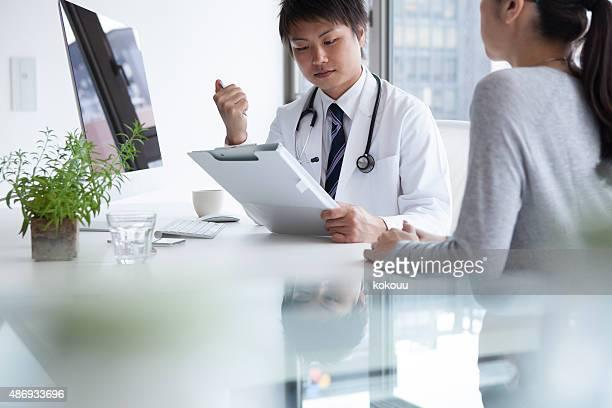 Arzt seinen Patienten reden anhören