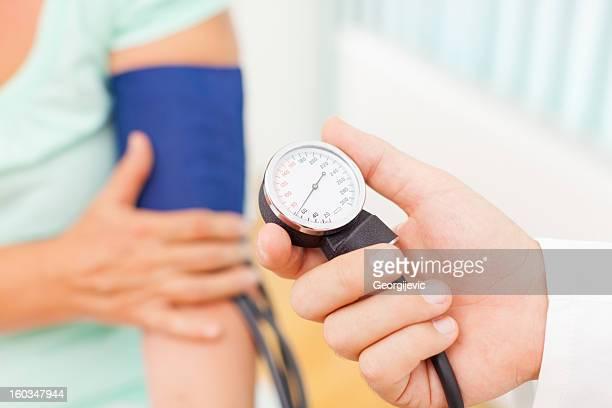 Arzt messen den Blutdruck von Patienten