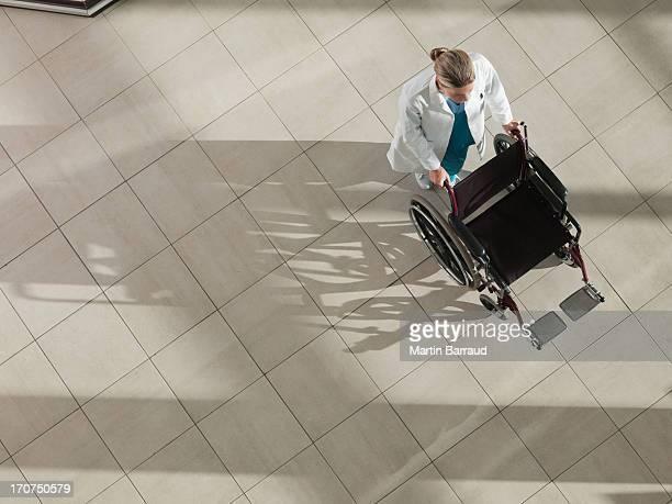 Arzt Rollstuhl Schieben