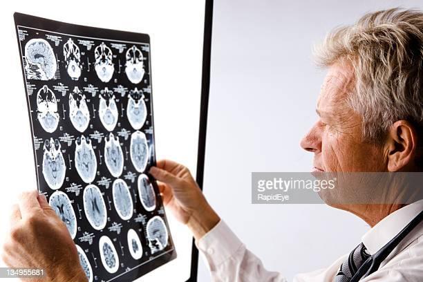 Médecin lisant Tomographie axiale informatisée