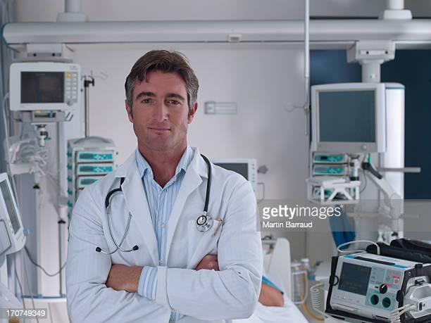 Arzt stehend im Krankenhaus intensive Pflege mit arm geschlossen