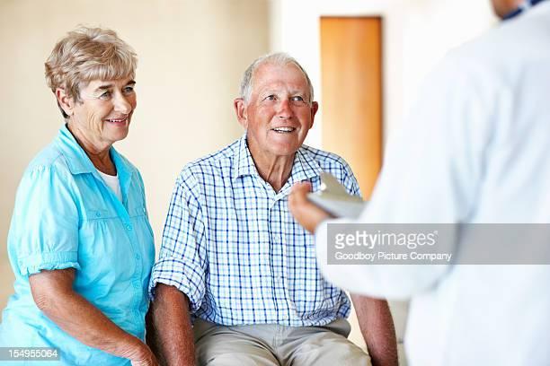 医師をする年配のカップル