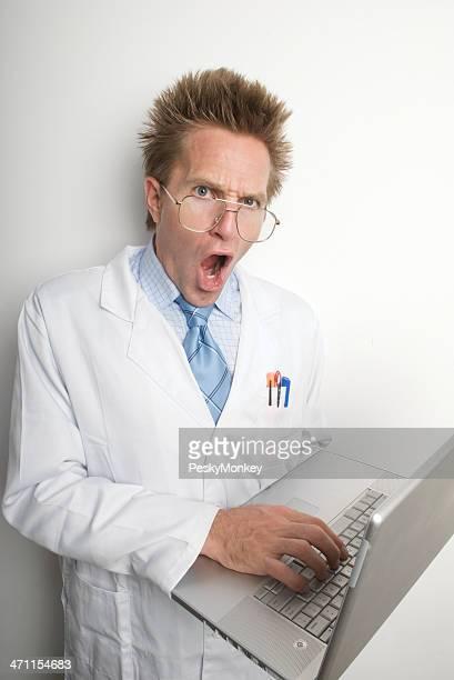 Médecin technicien en blanc Blouse de laborantin Looks choqué