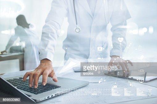 Docteur toucher connexion réseau médical icône sur ordinateur portable et tablette, concept de réseau de technologie médicale : Photo
