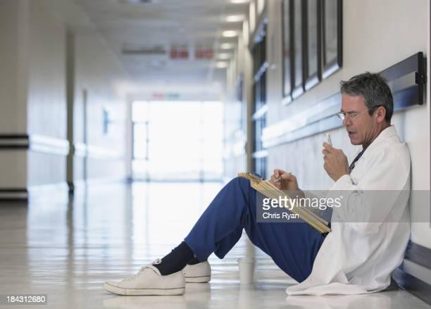 Médecin dans le couloir de l'hôpital avec dictaphone