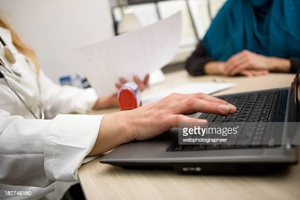 Médico usando computador portátil