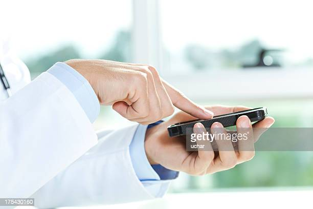 医師スマートフォンを使用して、