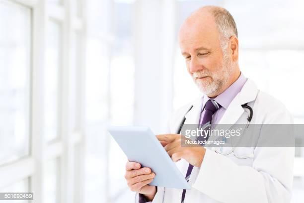 Arzt mit Tablet PC im Krankenhaus