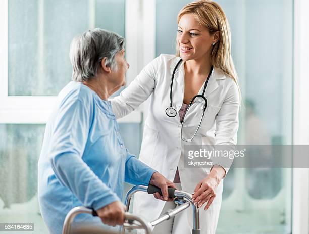 Médecin avec le patient.