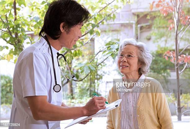 担当医師が患者に