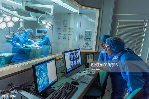 Arzt im Krankenhaus Arbeiten im Kontrollraum