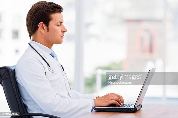 Arzt Arbeiten auf laptop