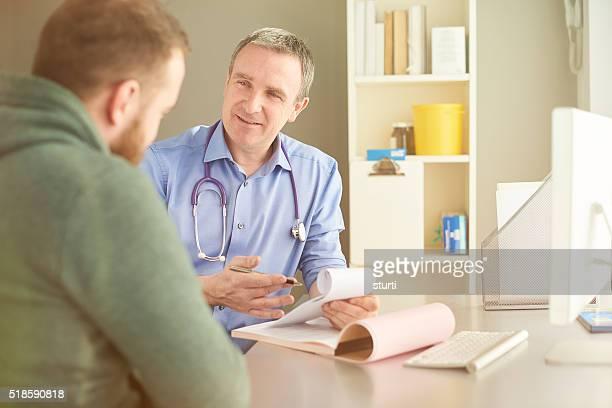Docteur écrit une ordonnance médicale