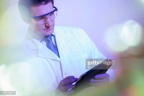 Arzt Schreiben von Notizen in digital tablet
