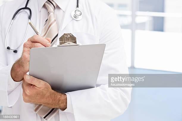 Médico a escrever sobre a área de transferência