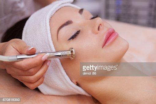 医師美容師美容サロンで美しい、若い女性の顔の皮膚のマイクロダーマブレーションの手順になります : ストックフォト