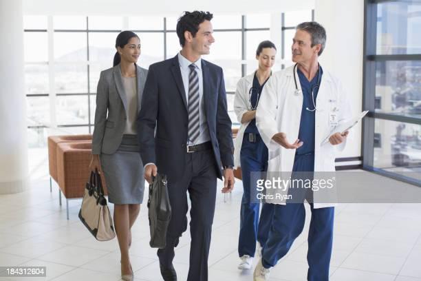 Ärzte und Geschäftsleute sprechen im Krankenhaus
