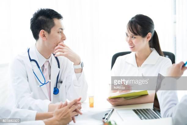 Ärzte und Krankenschwestern sind Spaß zu sprechen.
