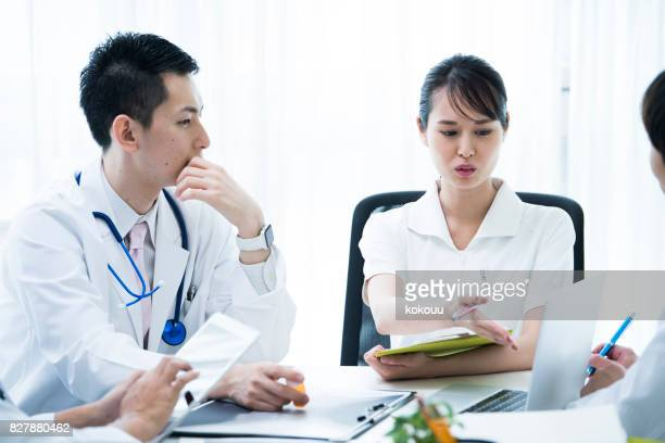 Ärzte und Krankenschwestern erfüllen.