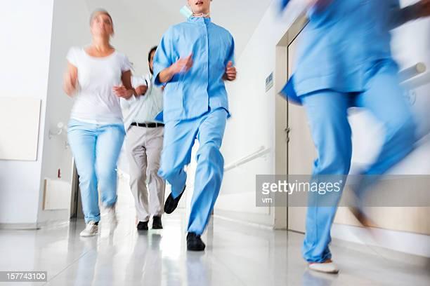 Médecins et infirmières joncs d'urgence de l'hôpital dans un couloir