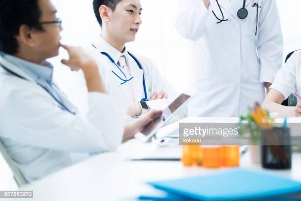Ärzte haben ein ernstes Gespräch.
