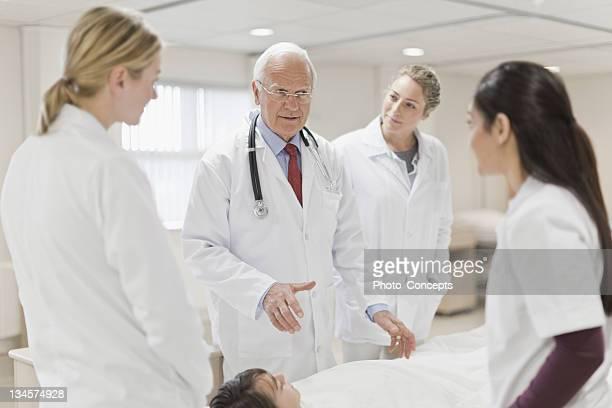 Ärzte sprechen in Krankenhaus Patienten