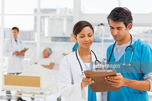MÉDECINS discussion patient rapports avec en arrière-plan
