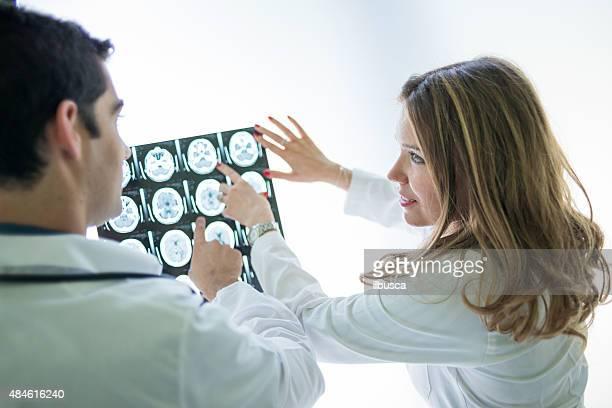 Médicos analizar la MRI