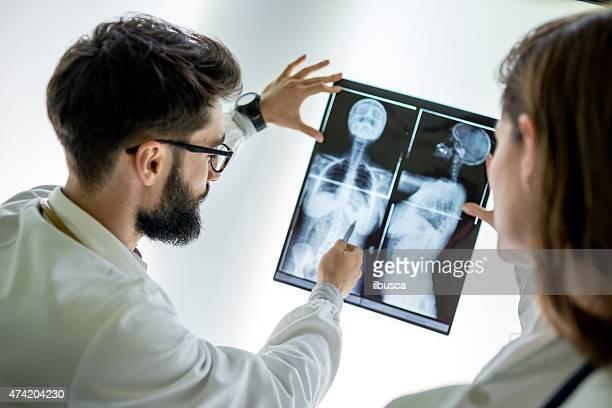 Médicos examinar uma radiografia de perfil