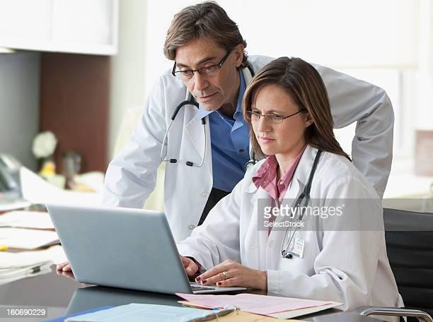 Ärzte, die über Unterlagen