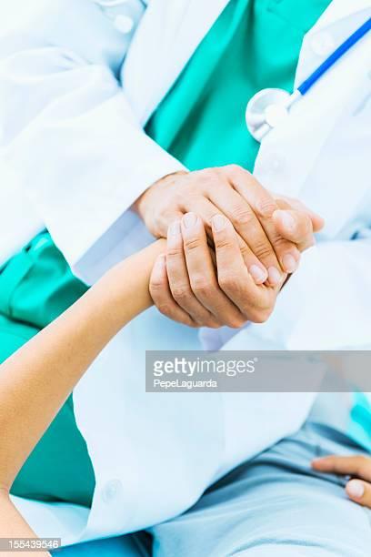 担当医師が患者の手慰める