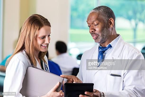 Ärzte im Krankenhaus reden während healthcare conference-event