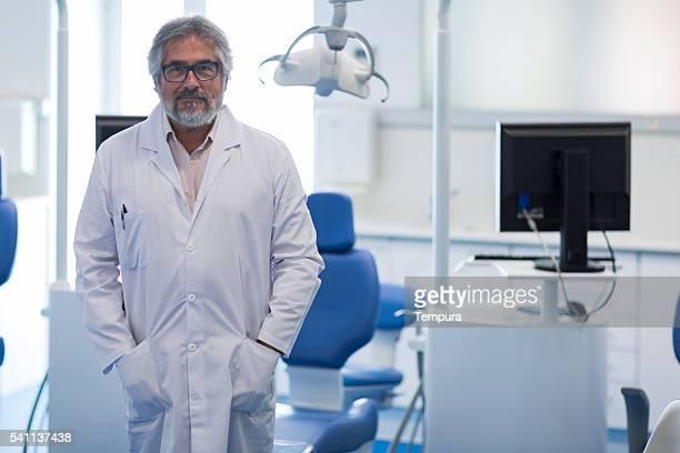 Retrato do médico a sorrir e a olhar para a câmara.