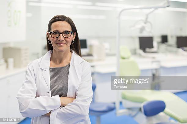 Des Arztes Porträt Lächeln und in die Kamera schauend.