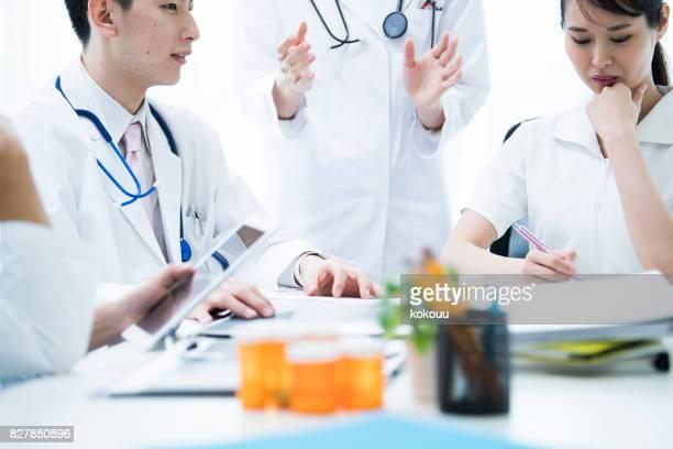 Die Ärzte sagen, dass Meinungen und Krankenschwestern Notizen machen.