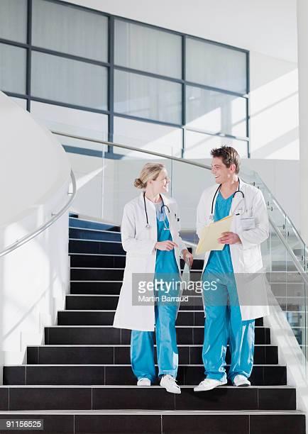 Arzt zu Fuß die Treppe im Krankenhaus